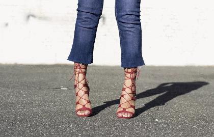 Как и с какой обувью носить джинсы клеш?