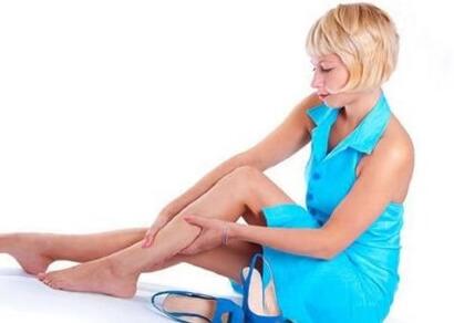 Ревматоидный артрит, псориатический артрит, волчанка и реактивный артрит также могут вызвать симметричное опухание щиколоток на обоих ногах.