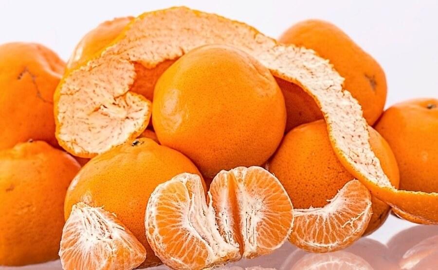 Перемолотая кожура мандарина используется как ароматизатор к выпечке, её также добавляют в смузи или коктейли