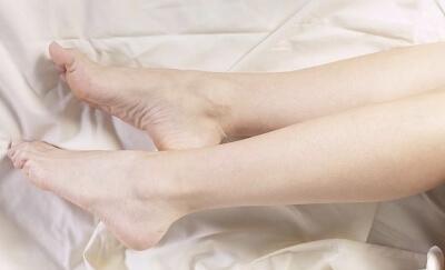 Почему ночью сводит ноги судорогой у женщин