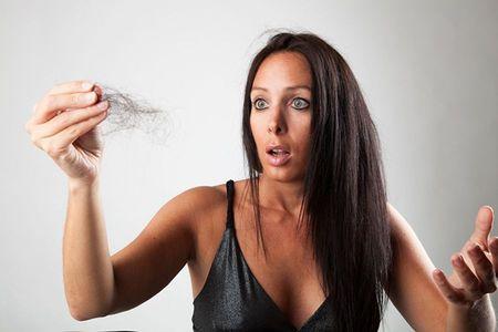 Почему очень сильно выпадают волосы - причины у женщин