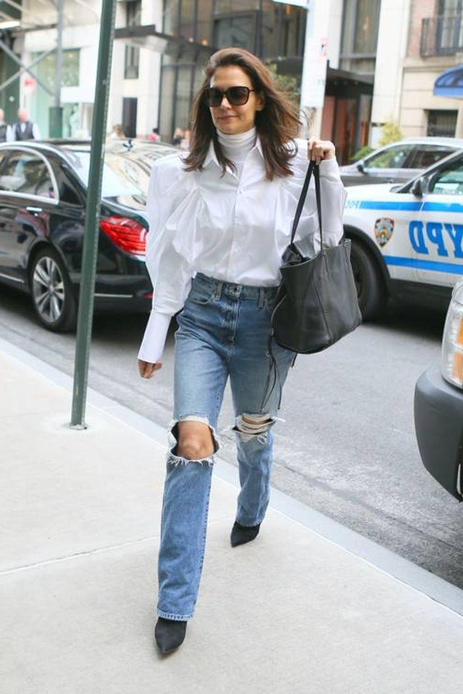 На Кэти Холмс: потертые джинсы Kayite Danielle с высокой посадкой и свободная рубашка из хлопка и поплина Khaite Brianne