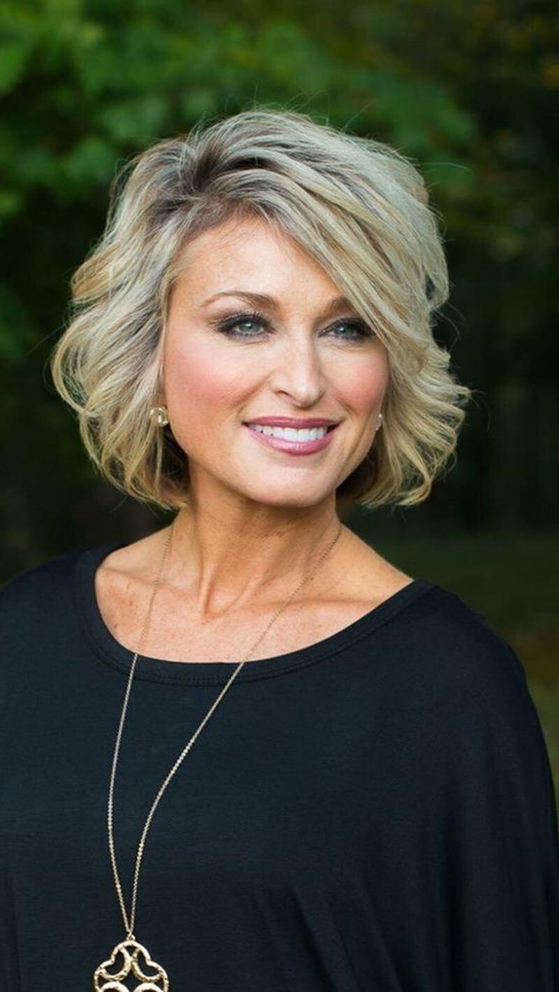 Причёска каскад на средние волосы для женщин после 40 лет
